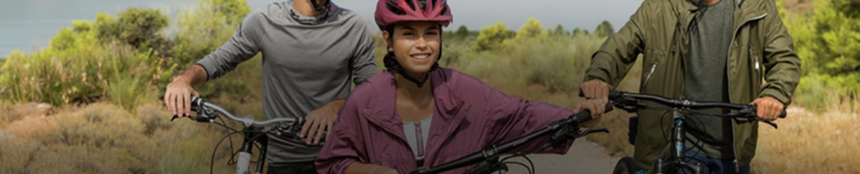 Mladí si užívají jízdu na kole v přírodě.
